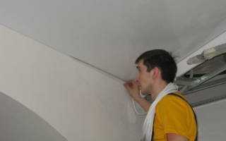 Как красить угол потолка и стены?