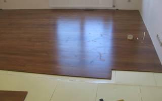 Как класть ламинат на бетонный пол?