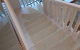 Ковровое покрытие на ступени лестницы